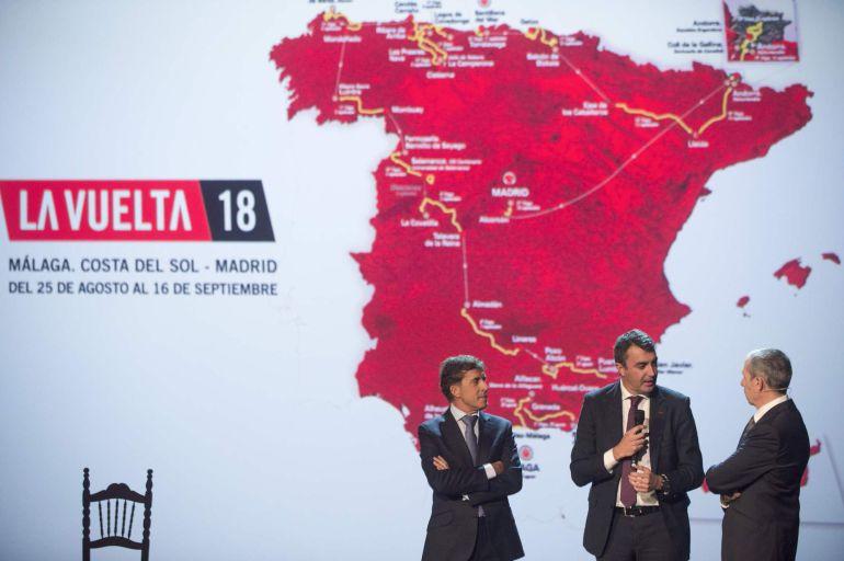 El ex ciclista, Perico Delgado, el director de La Vuelta, Javier Guillén, y el periodista, Carlos de Andrés, en un momento de la presentación de la carrera