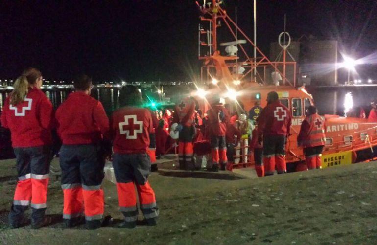 Los migrantes han sido trasladados al puerto de Málaga