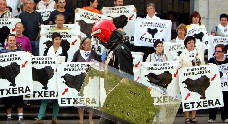 Concentración a favor del acercamiento de presos de ETA. Javier Etxezarreta (EFE)