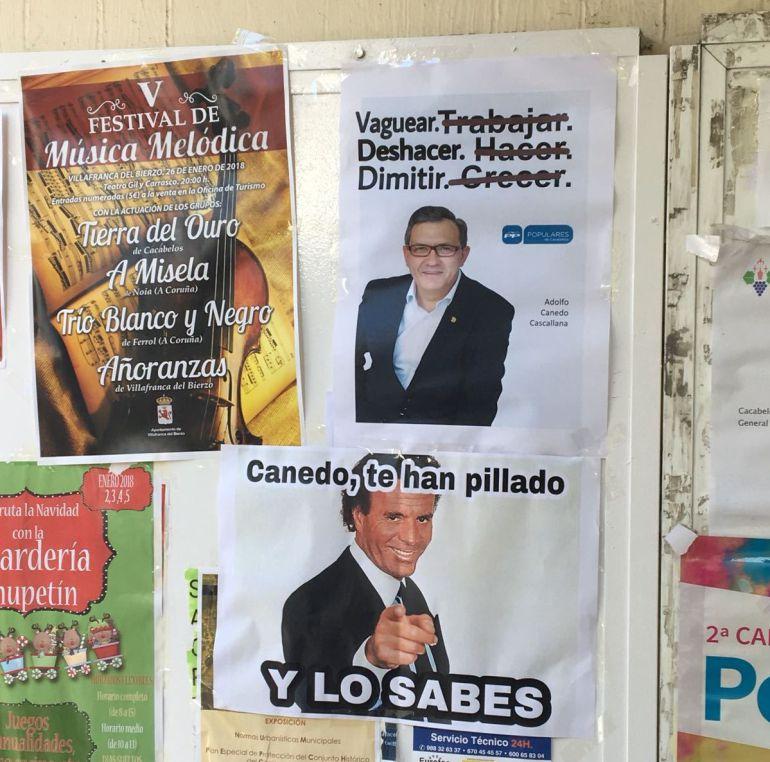 Los carteles han estado colocados a las puertas del ayuntamiento de Cacabelos