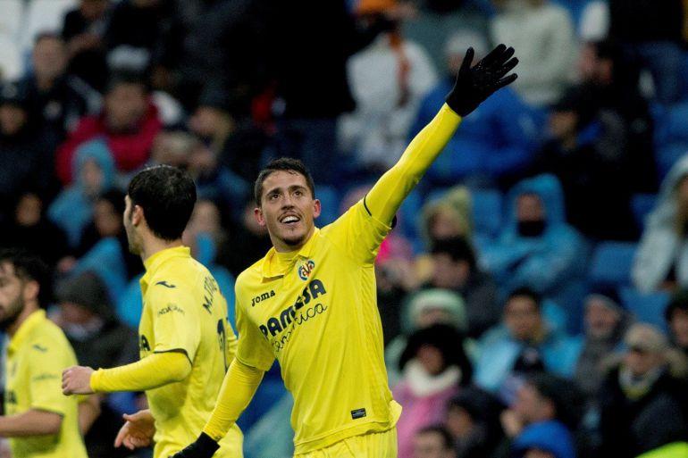 El centrocampista del Villarreal Pablo Fornals (d) celebra el primer gol de su equipo ante el Real Madrid en partido de liga que se disputa esta tarde en el estadio Santiago Bernabéu.