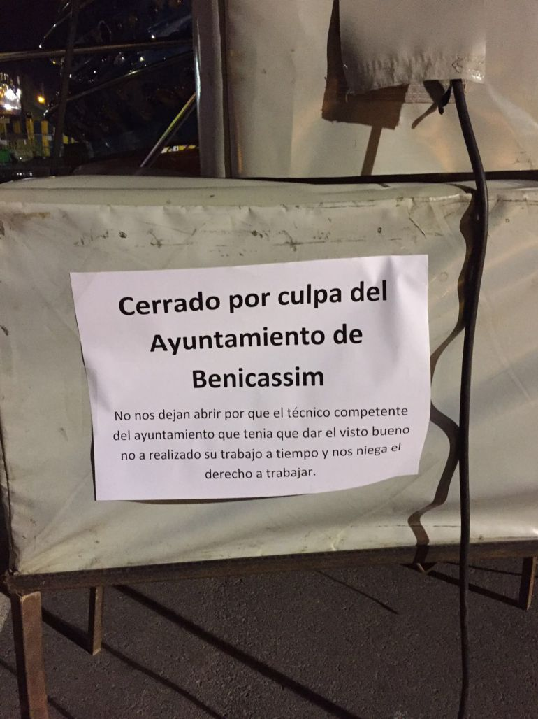 Los feriantes pegaron diversos carteles en las atracciones en las que denunciaban que el ayuntamiento les negaba el derecho a trabajar