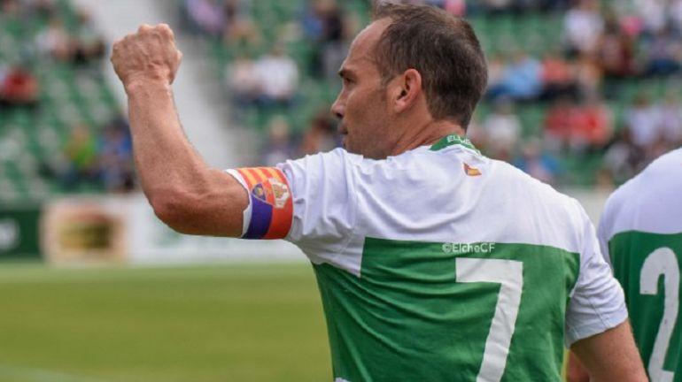 El capitán del Elche, Nino, firmó 2 goles en la victoria por 1-3 en Badalona