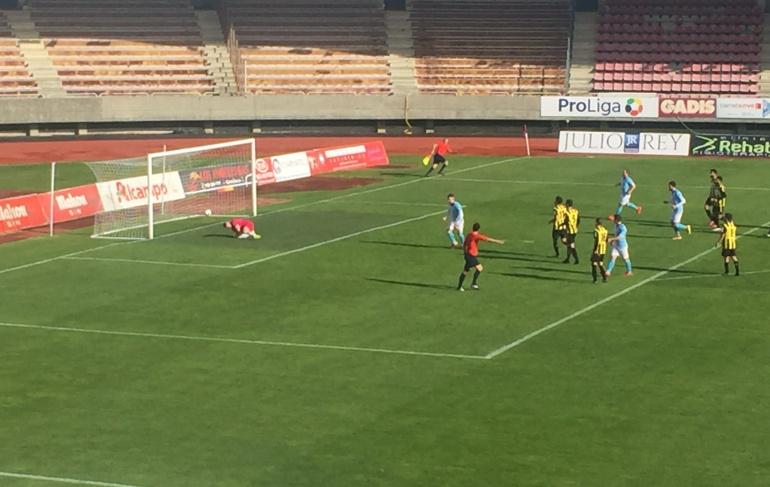 Primo sentención el partido ante el Ribadumia marcando este penalti en el segundo tiempo