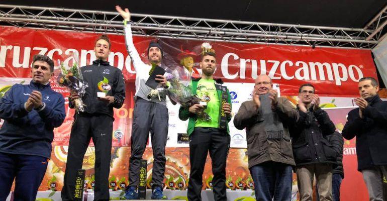 Carles Castillejo saluda al público subido en el podio.