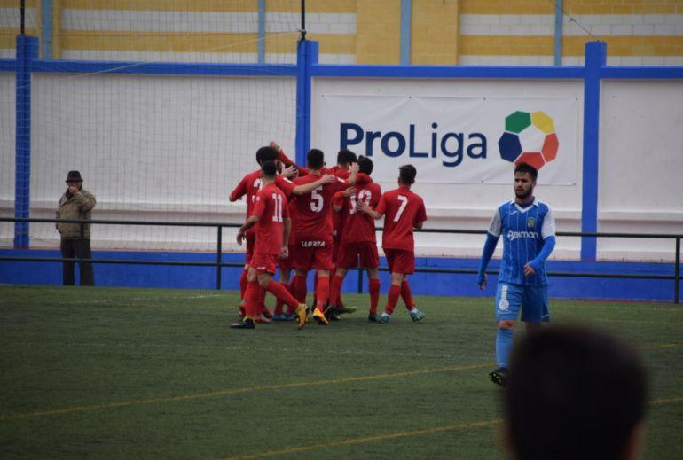 Los futbolistas del Castilleja celebrando uno de los tantos