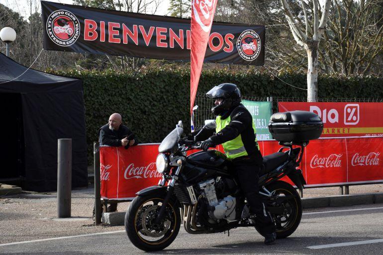 """Un motorista a su llegada a la concentración motera """"La Leyenda Continúa"""" que se celebra en la localidad segoviana de Cantalejo. EFEPablo Martín"""