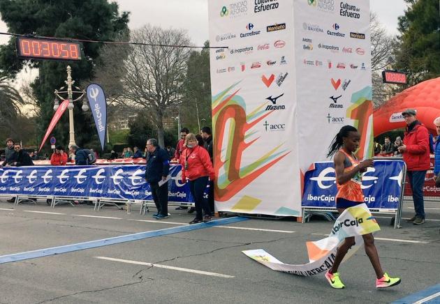 La ganadora de la 10K cruzando la meta