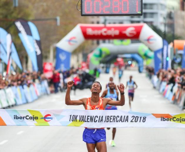 El ganador de la 10K cruzando la meta