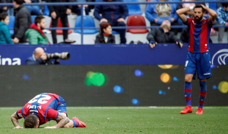 Los jugadores del Levante, Luna y Morales, reaccionan durante el partido de la Liga que juegan hoy en el estadio Ciutat de València. EFE-Kai Försterling