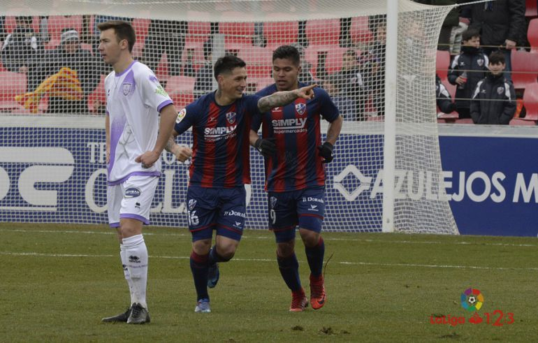 Chimy y Cucho celebran un gol del Huesca ante el lamento de Saúl.