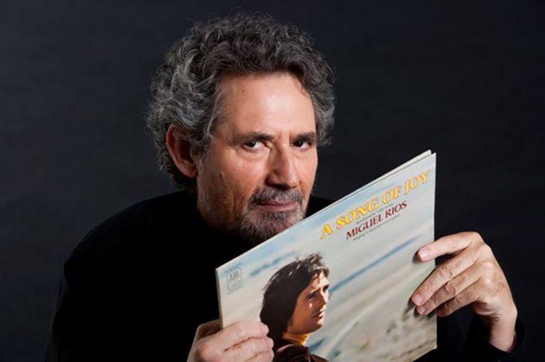 Miguel Ríos con un ejemplar del LP que incluía su versión en inglés del Himno de la Alegría
