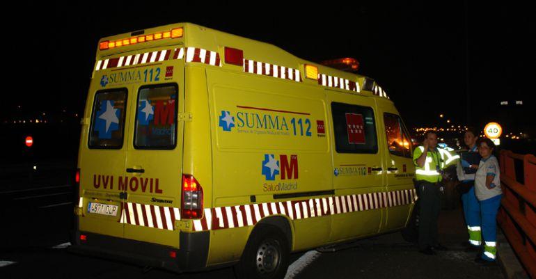 Ambulancia en una atención en carretera (Archivo)