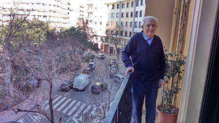 Miguel Cuenca en el balcón de su casa