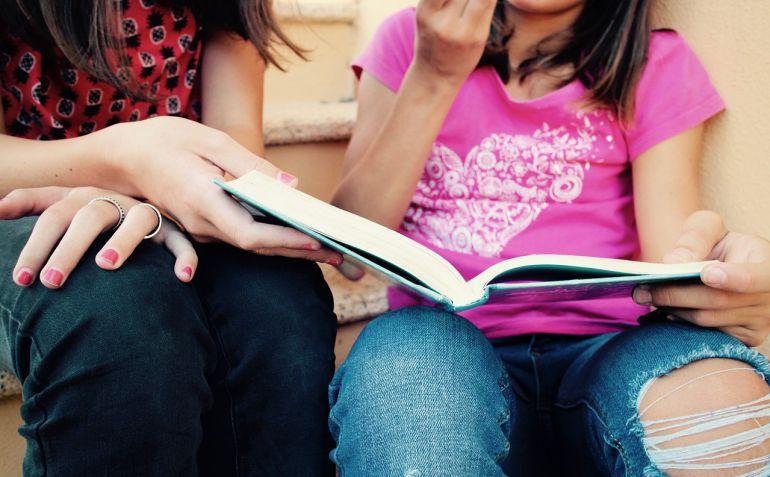 Los más jóvenes también se demuestran curiosos por conocer las historias que contienen muchos buenos libros. Además, varias iniciativas demuestran que estas buenas experiencias lectoras se disfrutan mejor al compartirlas.