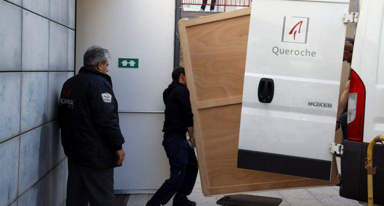 Pla mig on es pot veure com tècnics carreguen el quadre de 'La Immaculada' del Museu de Lleida per traslladar-lo al Monestir de Sixena, el 23 de gener de 2018.