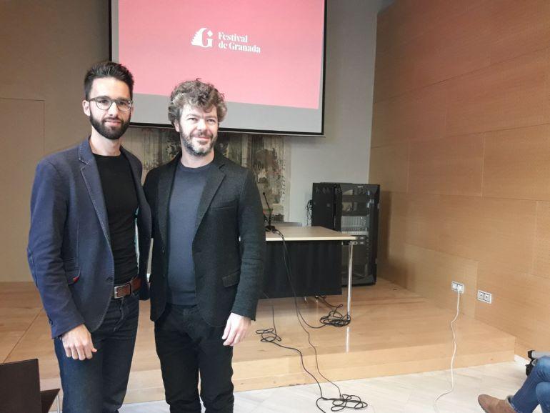 El director Pablo Heras-Casado (d) junto al reponsable del rediseño del logo del Festival Internacional de Música y Danza de Granada