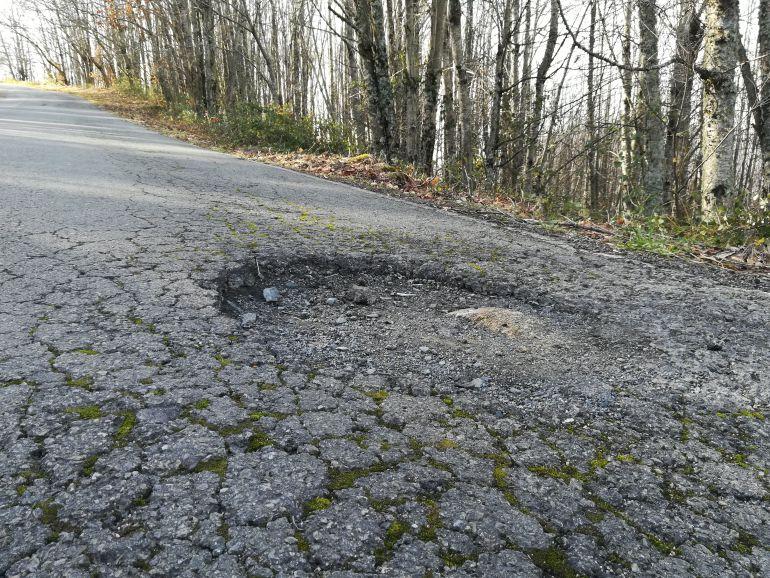 Imagen de uno de los baches más peligrosos de la vía.