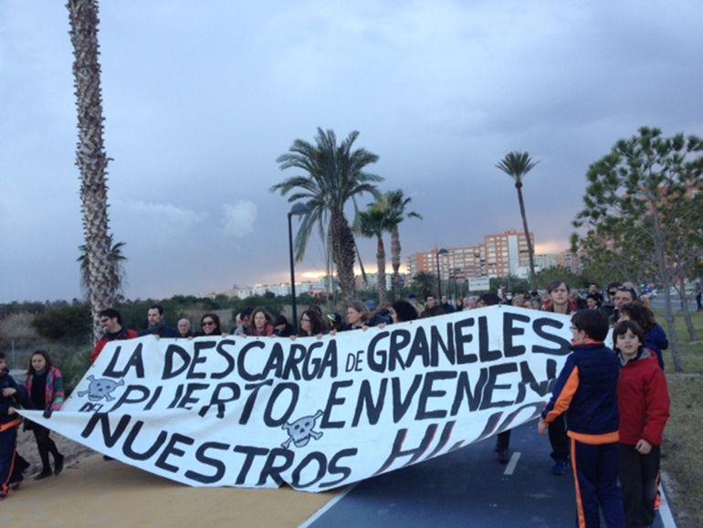 Imagenes de la última manifestación contra la carga y descarga de graneles en el Puerto de Alicante