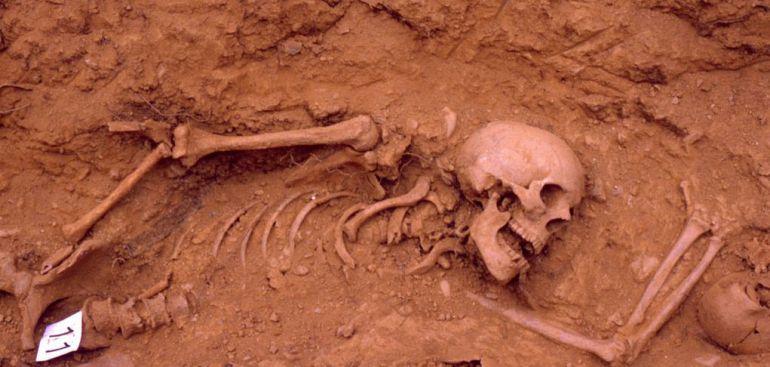 Exhumación de 'Los trece de Priaranza', hace 15 años. Fue la primera fosa de la Guerra Civil abierta con métodos científicos y que fue el germen de la Asociación para la Recuperación de la Memoria Histórica (ARMH). Fotografía cedida por la ARMH