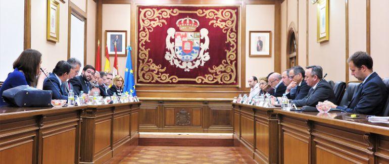 La reunión se ha celebrado en el Salón de Plenos de la Diputación Provincial y han asistido representantes de la administración local y de las plataformas en defensa del ferrocarril