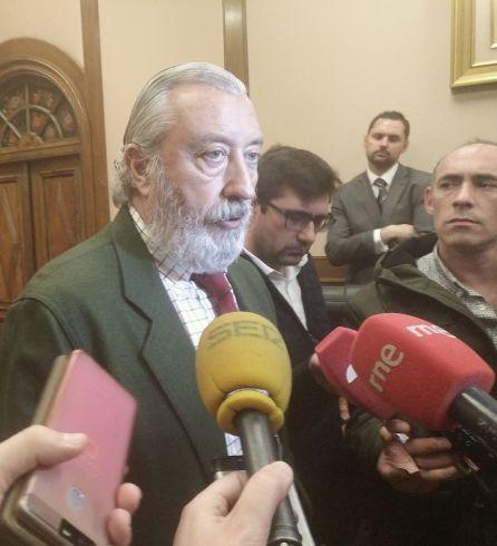 Julio Gómez-Pomar atiende a los periodistas al finalizar la reunión con las Plataformas en defensa del Ferrocarril