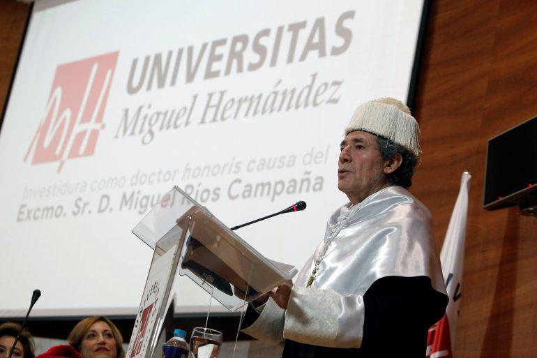 El cantante,compositor y productor musical, Miguel Ríos,durante su discurso en la investidura Doctor Honoris Causa por la Universidad Miguel Hernández de Elche