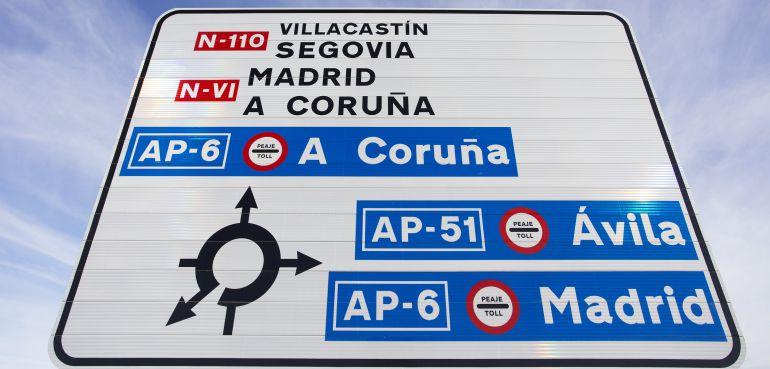 Cartel informativo sobre los accesos a las autopistas de peaje