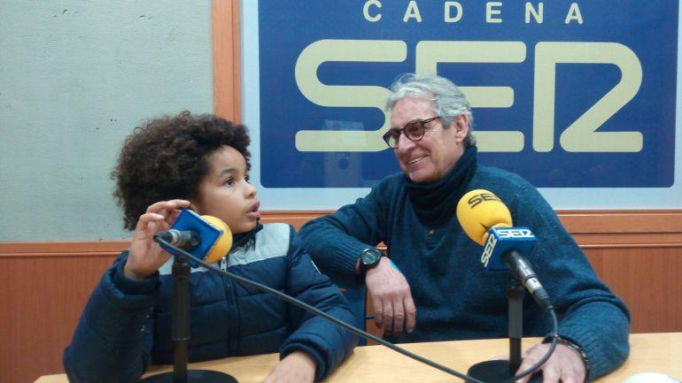 Jota Echevarría durante la entrevista, acompañado por su hijo Ethan