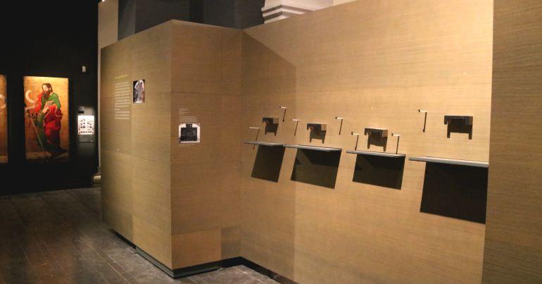 Imatge del 12 de desembre de lleixes buides on s'exposaven peces de l'art de Sixena, al Museu de Lleida