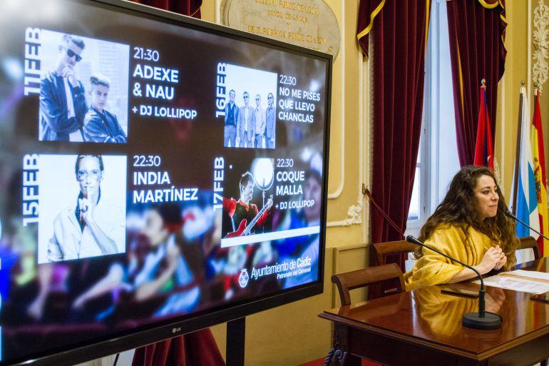 Presentación de los conciertos por parte de la concejala de Fiestas María Romay