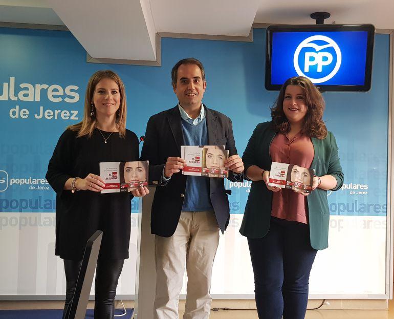 La parlamentaria andaluza Ana Mestre y el secretario general del PP en Cádiz, Antonio Saldaña, presentando la nueva campaña de empleo del partido.