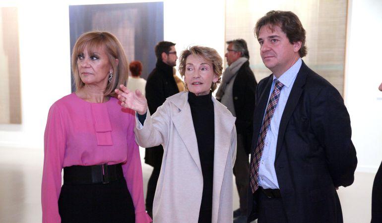 Soledad Sevilla en la inaguración de su exposición con el alcalde de Fuenlabrada y la concejal de Cultura.