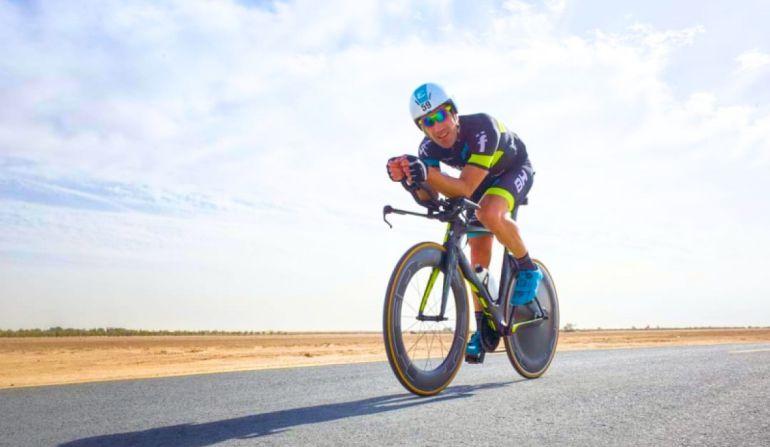 Imagen de Eneko Llanos durante un entrenamiento sobre la bicicleta.