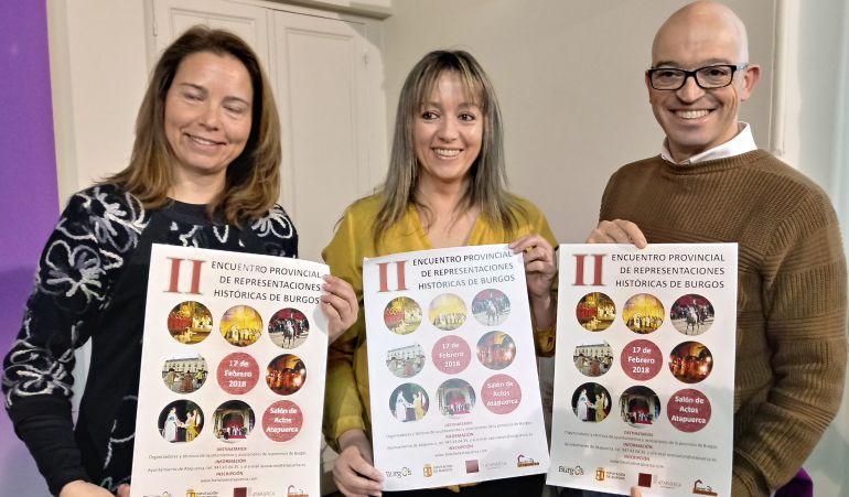 La alcaldesa de Atapuerca, Raquel Torrientes (izda), Isabel Torrientes de la Asociación Amigos de Atapuerca y Luis Jorge del Barco, diputado de Cultura