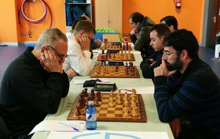 Xadrez Ourense a, imponse 1.5-4.5 en Rianxo e sitúase a medio punto do liderato na división de honra. Na foto, Club Xadrez Verín, recén ascendido a primeira división 2018