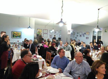 Los asistentes a la cena escuchan las palabras de bienvenida del director del IES Castillo de la Yedra