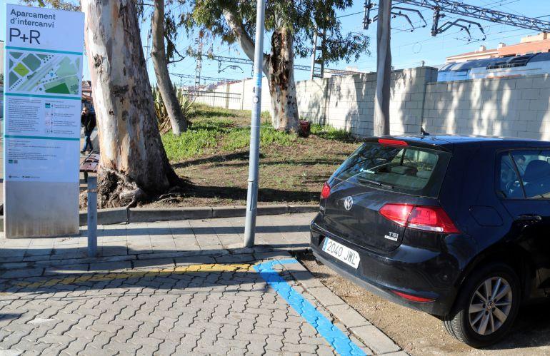 Un vehicle estacionat a l'aparcament d'intercanvi de l'estació de Castelldefels