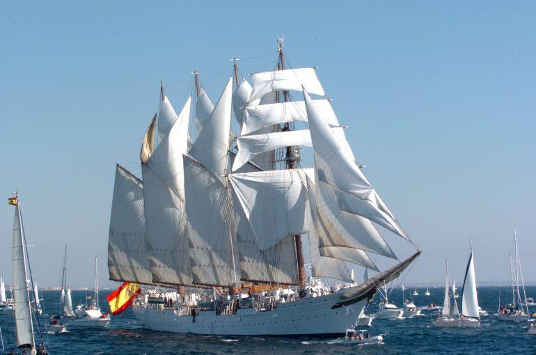 El buque con todo el velamen desplegado.