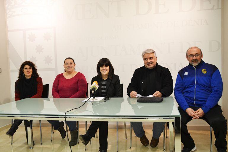 La concejala de Deportes de Dénia, Marian Tamarit rodeada de gente del Consell d'Esports.