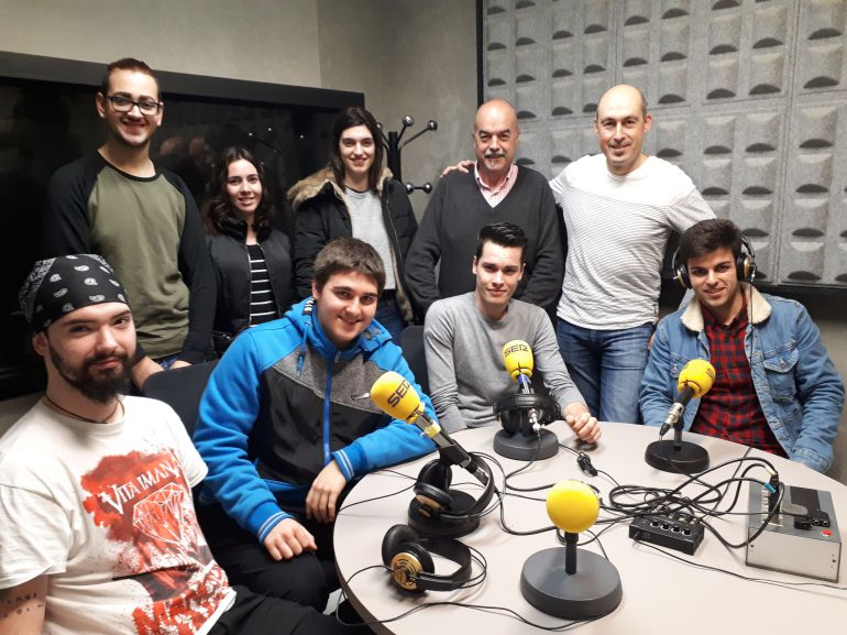 Santi Iruretagoyena y Rubén San Martín posan junto a parte del alumnado que viajará al extranjero con una beca Erasmus