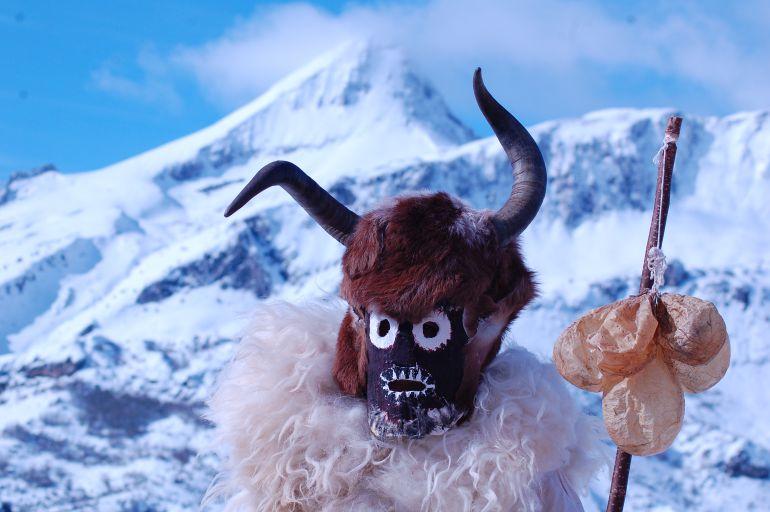 Uno de los zamarrones de Riaño en medio del paisaje nevado