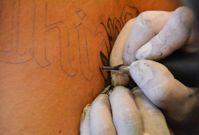 Imagen de archivo del proceso de creación de un tatuaje.