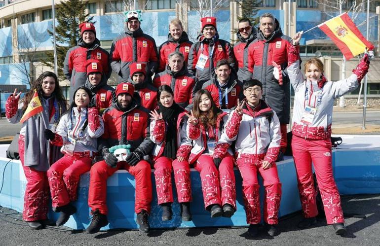 Equipo Olímpico de Deportes de Invierno de España en Korea del Sur. El villacarrillense Jesús Pérez, primero por la derecha de la segunda fila