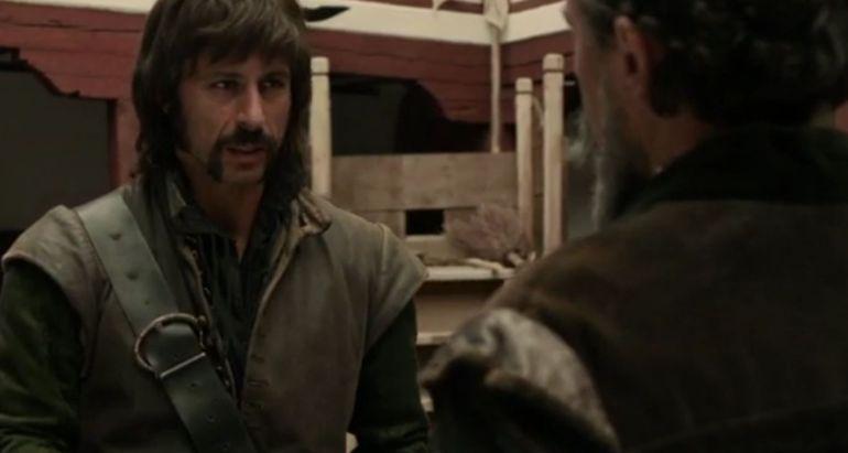El actor Hugo Silva, en su personaje de Pacino de la serie de TVE 'El Ministerio del Tiempo', caracterizado de uno de los integrantes de la Santa Hermandad.