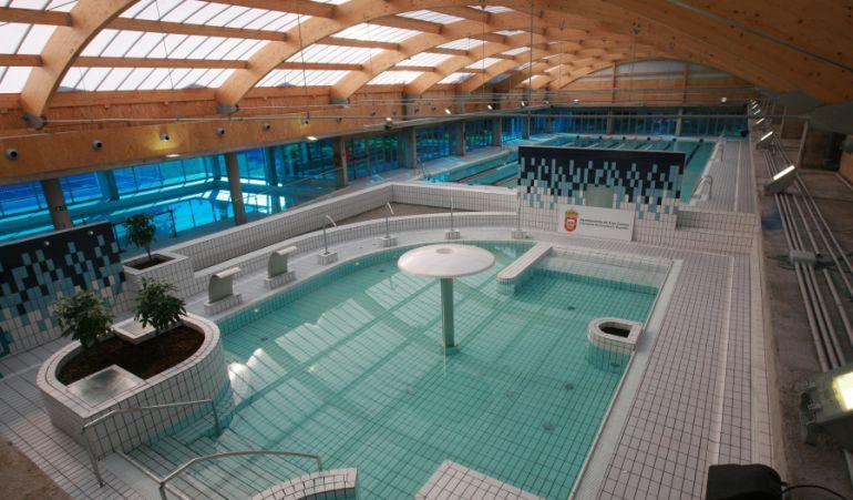 Las piscinas de islas ampl an su horario los fines de for Cubiertas para piscinas madrid