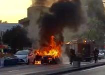 El incendio de un coche en marcha provoca alarma en la capital malagueña