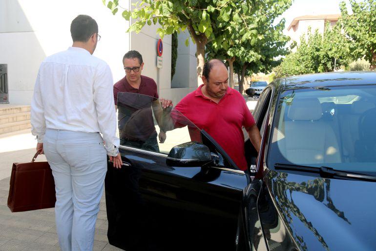 Diego Borrego (entrant al cotxe) a la sortida d'una declaració judicial