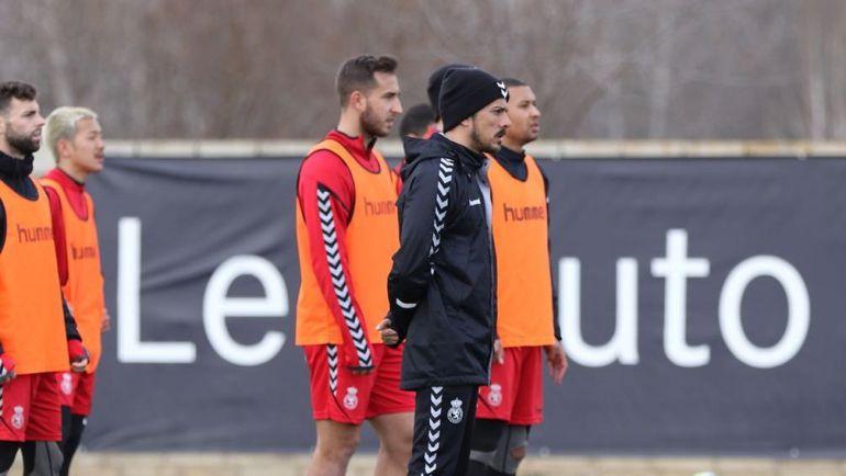 De la Barrera observa durante un entrenamiento de su equipo