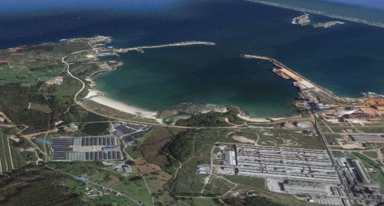 Puerto de San Ciprián, con la factoría de Alcoa al lado